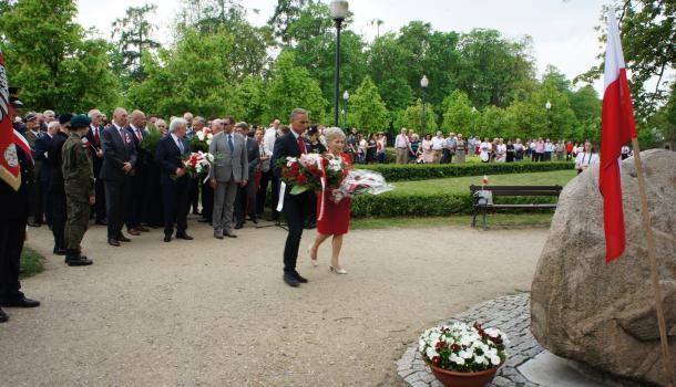 17 - Delegacje składają kwiaty pod Dębem Niepodległości