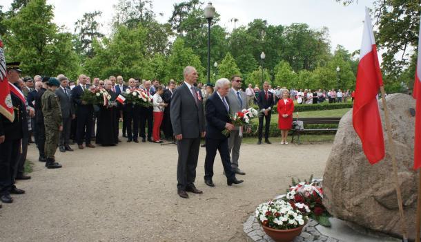18 - Delegacje składają kwiaty pod Dębem Niepodległości