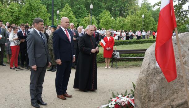 19 - Delegacje składają kwiaty pod Dębem Niepodległości