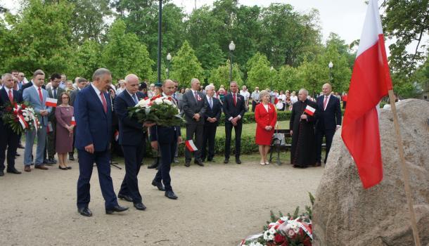 20 - Delegacje składają kwiaty pod Dębem Niepodległości