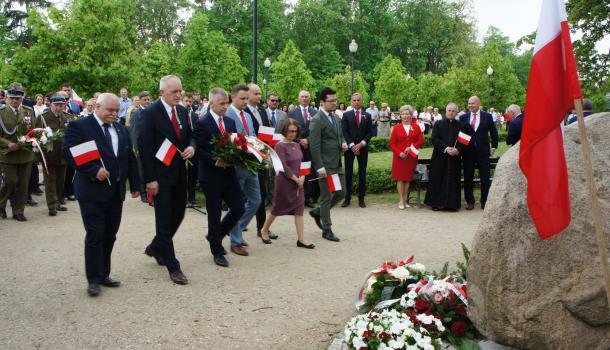 21 - Delegacje składają kwiaty pod Dębem Niepodległości