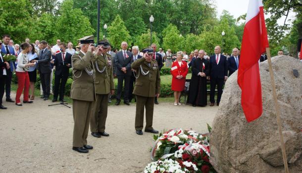 22 - Delegacje składają kwiaty pod Dębem Niepodległości