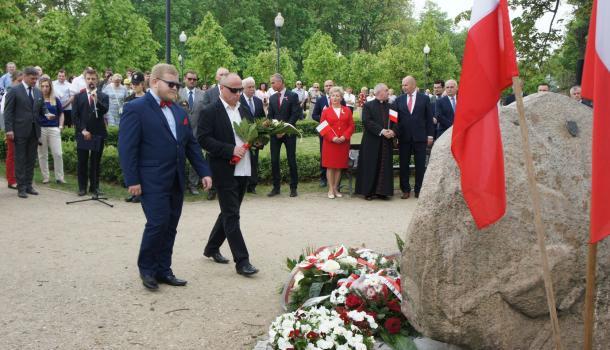23 - Delegacje składają kwiaty pod Dębem Niepodległości