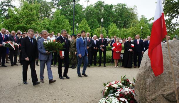 24 - Delegacje składają kwiaty pod Dębem Niepodległości