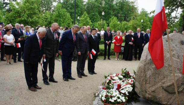 25 - Delegacje składają kwiaty pod Dębem Niepodległości