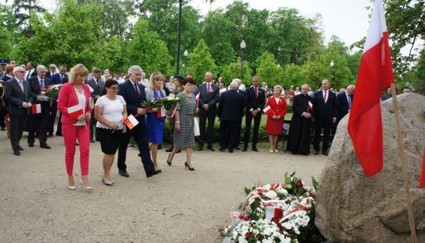 26 - Delegacje składają kwiaty pod Dębem Niepodległości