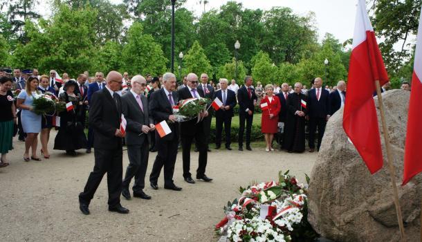 27 - Delegacje składają kwiaty pod Dębem Niepodległości