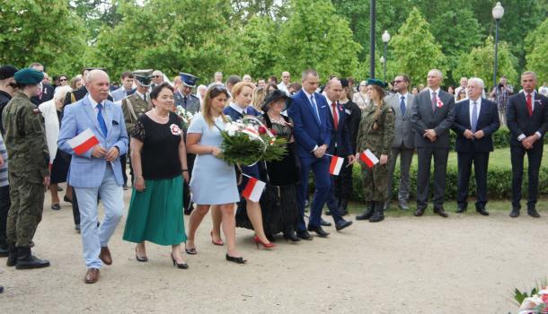 28 - Delegacje składają kwiaty pod Dębem Niepodległości