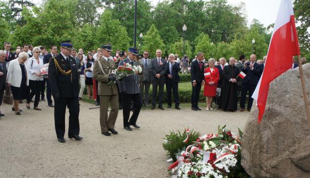 29 - Delegacje składają kwiaty pod Dębem Niepodległości