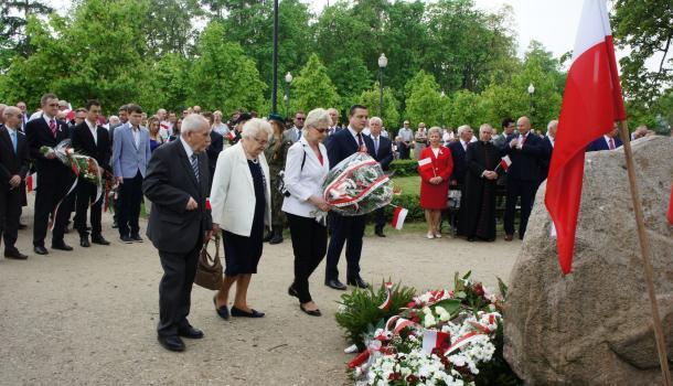 30 - Delegacje składają kwiaty pod Dębem Niepodległości