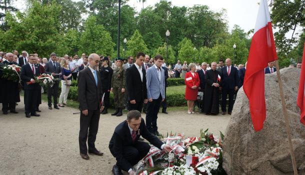 31 - Delegacje składają kwiaty pod Dębem Niepodległości