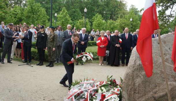32 - Delegacje składają kwiaty pod Dębem Niepodległości