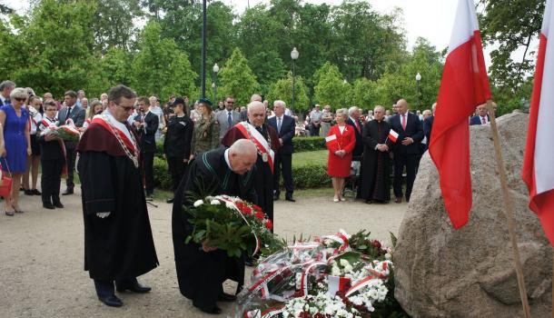 33 - Delegacje składają kwiaty pod Dębem Niepodległości