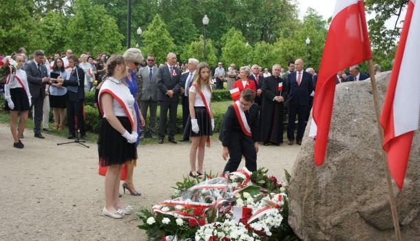 34 - Delegacje składają kwiaty pod Dębem Niepodległości