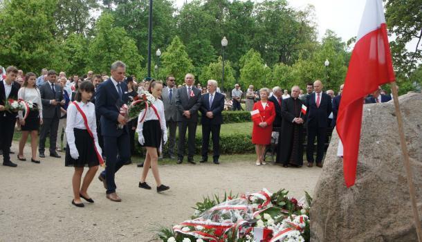 35 - Delegacje składają kwiaty pod Dębem Niepodległości