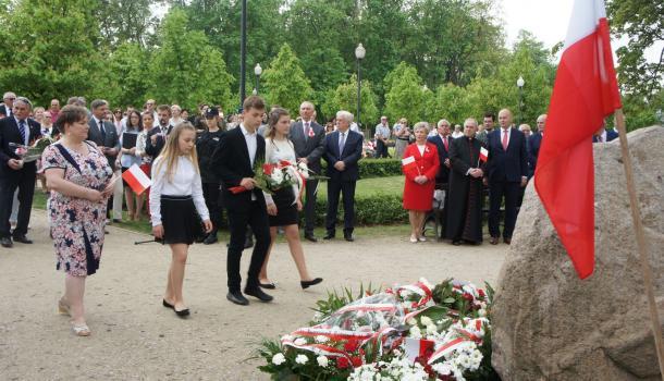 36 - Delegacje składają kwiaty pod Dębem Niepodległości
