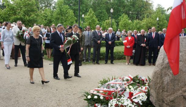 37 - Delegacje składają kwiaty pod Dębem Niepodległości