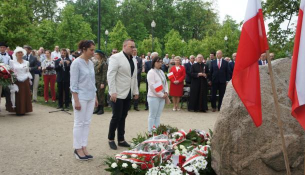 38 - Delegacje składają kwiaty pod Dębem Niepodległości