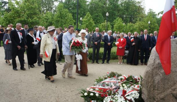 39 - Delegacje składają kwiaty pod Dębem Niepodległości