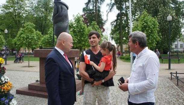 48 - Burmistrz Sławomir Kowalewski z uczestnikami obchodów