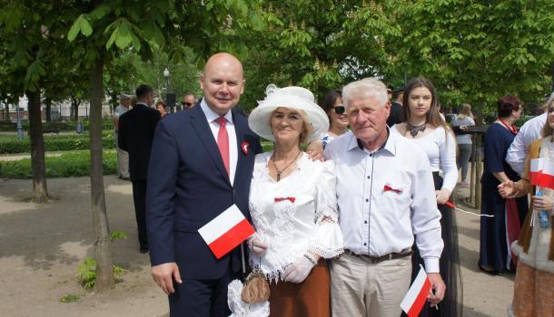 49 - Burmistrz Sławomir Kowalewski z uczestnikami obchodów