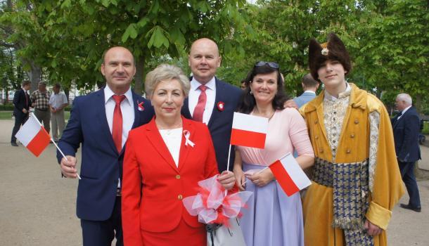 51 - Burmistrz Sławomir Kowalewski z uczestnikami obchodów